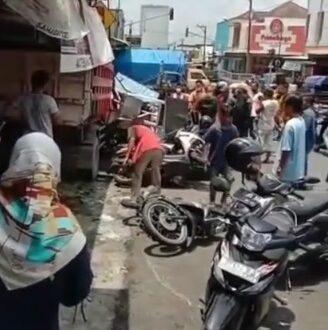 Truk Tanpa Sopir Tabrak 3 Mobil dan 6 Motor di Pasar Bobotsari Purbalingga